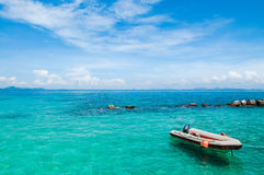 Spiaggia con il cristallo - acqua libera Fotografie Stock
