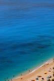 Spiaggia con il grande mare blu Fotografia Stock Libera da Diritti