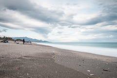 Spiaggia con il pescatore Immagine Stock