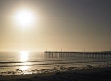 Spiaggia con il pilastro Fotografia Stock