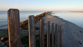 Spiaggia con il recinto fotografia stock libera da diritti