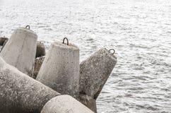 Spiaggia con il tetrapode concreto del frangiflutti Fotografia Stock