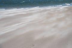 Spiaggia con il volo ed il mare della sabbia Può essere usato come fondo Fotografie Stock
