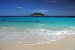 Spiaggia con l'isola Immagine Stock