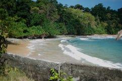 Spiaggia con la sabbia bianca ed acqua blu Fotografie Stock Libere da Diritti