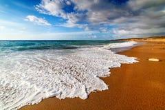Spiaggia con la sabbia dorata fotografie stock libere da diritti