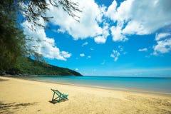 Spiaggia con la sedia di menzogne Fotografia Stock