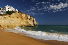 Spiaggia con le case su una scogliera Immagine Stock