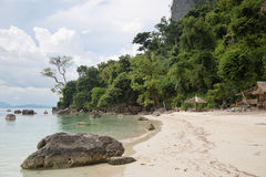 Spiaggia con le grandi rocce Fotografia Stock