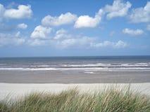 Spiaggia con le nubi e lo skie blu Fotografia Stock Libera da Diritti