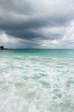 Spiaggia con le nuvole di tempesta immagini stock