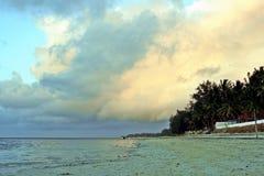 Spiaggia con le nuvole ed il cielo Immagine Stock