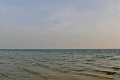 Spiaggia con le onde del mare ed il cielo nuvoloso Fotografia Stock Libera da Diritti