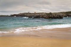 Spiaggia con le onde e senza gente fotografie stock