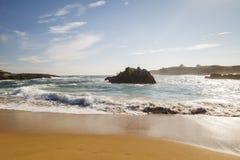 Spiaggia con le onde e senza gente immagine stock libera da diritti