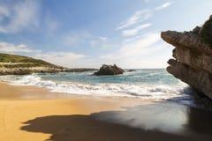 Spiaggia con le onde e senza gente fotografie stock libere da diritti