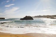 Spiaggia con le onde e senza gente fotografia stock libera da diritti