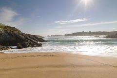 Spiaggia con le onde e senza gente immagine stock