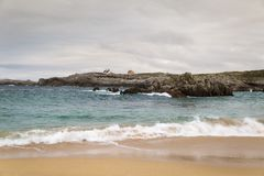 Spiaggia con le onde e senza gente fotografia stock