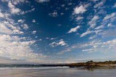 Spiaggia con le rocce fotografia stock libera da diritti