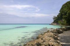 Spiaggia con le rocce in acqua Fotografia Stock
