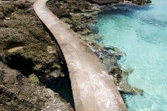 Spiaggia con le rocce in acqua Immagini Stock