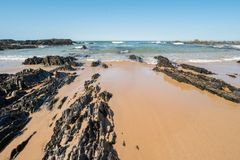 Spiaggia con le rocce in Almograve Fotografia Stock Libera da Diritti