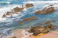 Spiaggia con le rocce in Almograve Immagine Stock
