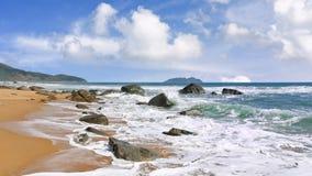 Spiaggia con le rocce e le onde a Sanya tropicale, Hainan, Cina fotografia stock