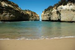 Spiaggia con le scogliere Fotografia Stock Libera da Diritti