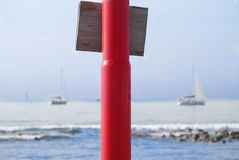 Spiaggia con in priorità alta una lampada-posta colorata Fotografia Stock Libera da Diritti