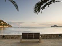 Spiaggia con un banco Immagini Stock