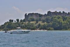 Spiaggia con un castello in Grecia Fotografie Stock Libere da Diritti