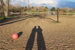 Spiaggia con un'ombra di due genti Fotografia Stock