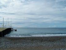 Spiaggia con un pilastro Immagini Stock