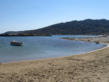 Spiaggia con una barca ad un'isola Immagini Stock