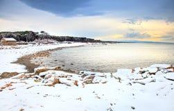 Spiaggia coperta da neve sul mar Mediterraneo nell'inverno La Toscana, I Fotografie Stock Libere da Diritti
