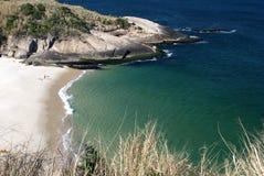 Spiaggia cristallina del deserto a Niteroi, Rio de Janeiro immagini stock