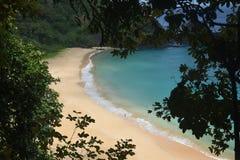 Spiaggia cristallina del mare in Fernando de Noronha immagine stock