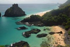 Spiaggia cristallina del mare in Fernando de Noronha fotografia stock