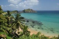 Spiaggia cristallina del mare in Fernando de Noronha fotografia stock libera da diritti