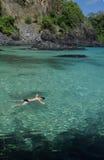 Spiaggia cristallina del mare in Fernando de Noronha immagine stock libera da diritti
