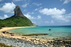 Spiaggia cristallina del mare in Fernando de Noronha fotografie stock libere da diritti