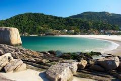 Spiaggia cristallina del mare a Niteroi, Rio de Janeiro, immagini stock