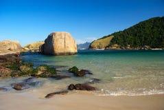 Spiaggia cristallina del mare a Niteroi, Rio de Janeiro fotografia stock libera da diritti