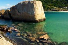 Spiaggia cristallina del mare a Niteroi, Rio de Janeiro fotografia stock