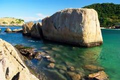 Spiaggia cristallina del mare a Niteroi, Rio de Janeiro fotografie stock