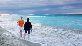 Spiaggia cubana che aspetta il tramonto Immagini Stock Libere da Diritti
