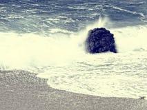 Spiaggia d'annata di stile con la sabbia e l'onda della roccia Fotografie Stock Libere da Diritti