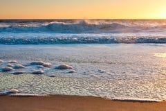 Spiaggia d'avvicinamento della spuma ad alba Fotografia Stock